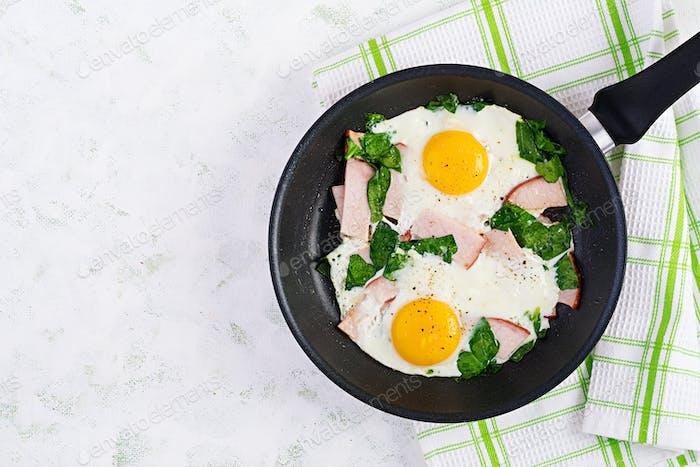 Spiegeleier mit Schinken und Spinat. Köstliches englisches Frühstück. Brunch.