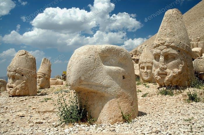 Köpfe der Götter auf Ostterrasse an der Spitze des Nemrut dagi in der Türkei