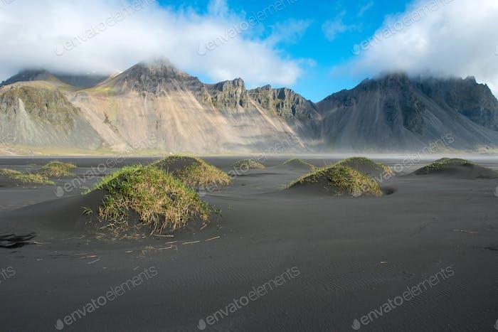 Isländische Landschaft, Blick auf den Vestrahorn Berg auf der Halbinsel Stokksnes. Hofn, Island