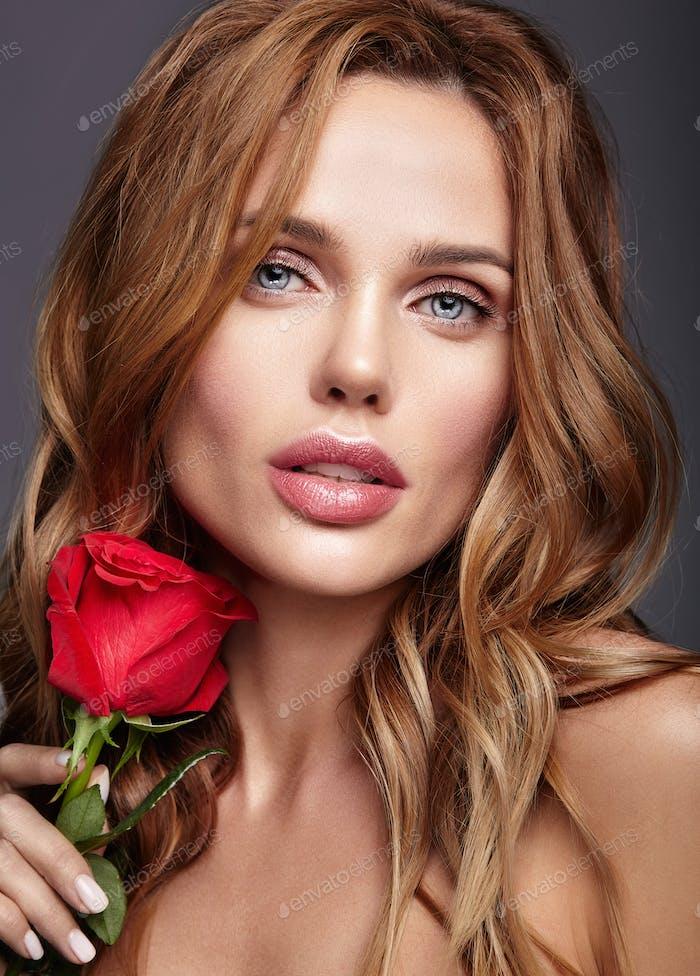 Портрет красоты молодой женщины позирует в студии