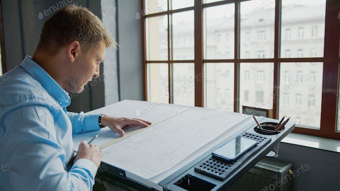 Arbeitender Architekt mit einem Plan