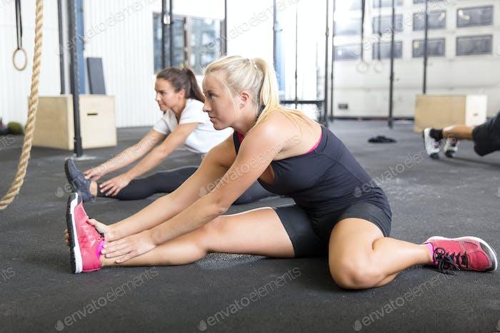 Zwei Frauen Stretching im Fitness-Studio