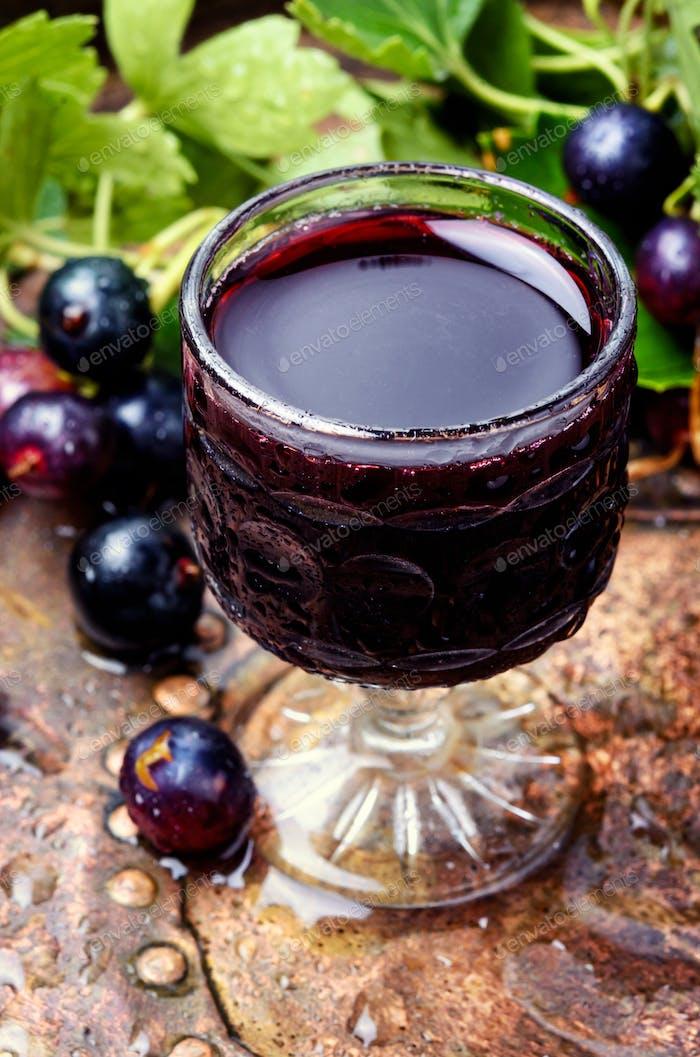 Alkoholisches Getränk mit Beeren