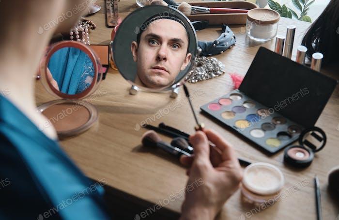 Género aplicando maquillaje