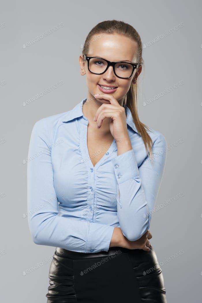 Портрет элегантности бизнесвумен носить очки