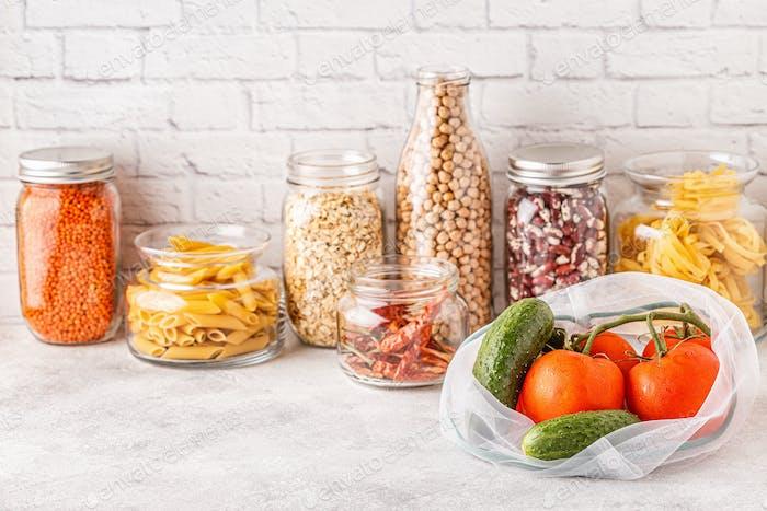 Produkte in Textilbeuteln, Glaswaren. Umweltfreundliches Einkaufen und Lebensmittellagerung.