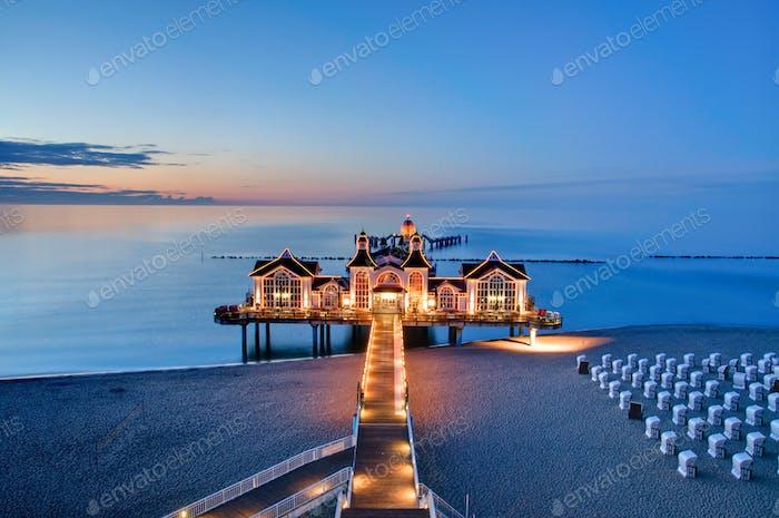 Pier mit Restaurant an der Ostsee, Deutschland