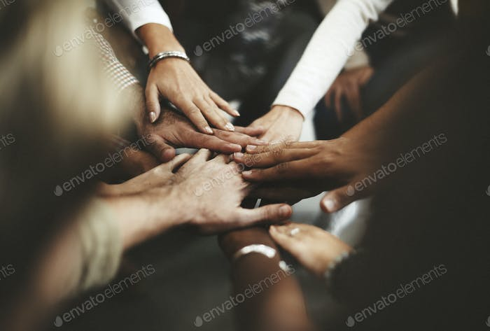 Manos unidos para el trabajo en equipo