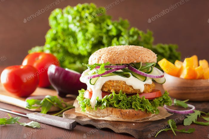 veggie Karotte und Hafer Burger mit Gurkenzwiebeln