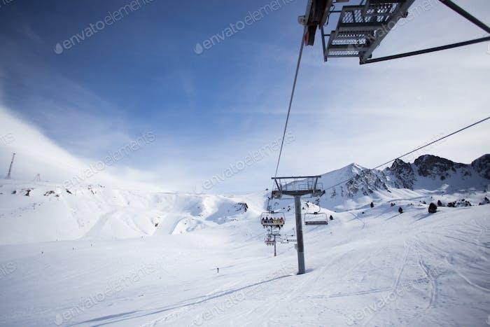 Bergskilift über Pisten an sonnigen Tagen