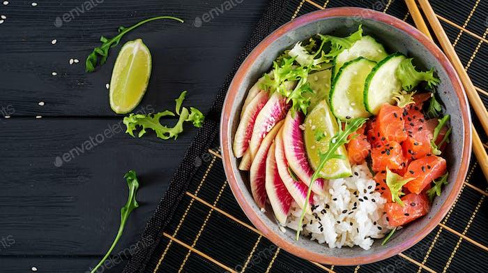 Hawaiianische Lachsfischschüssel mit Reis, Gurke, Rettich, Sesam und Limette.