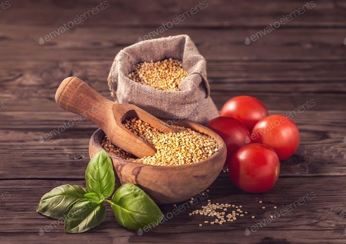 Ungekochte Quinoa mit Tomaten und Basilikum
