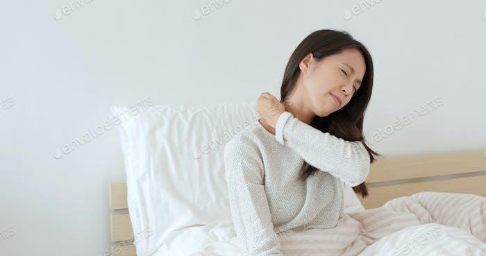 Woman feeling shoulder pain