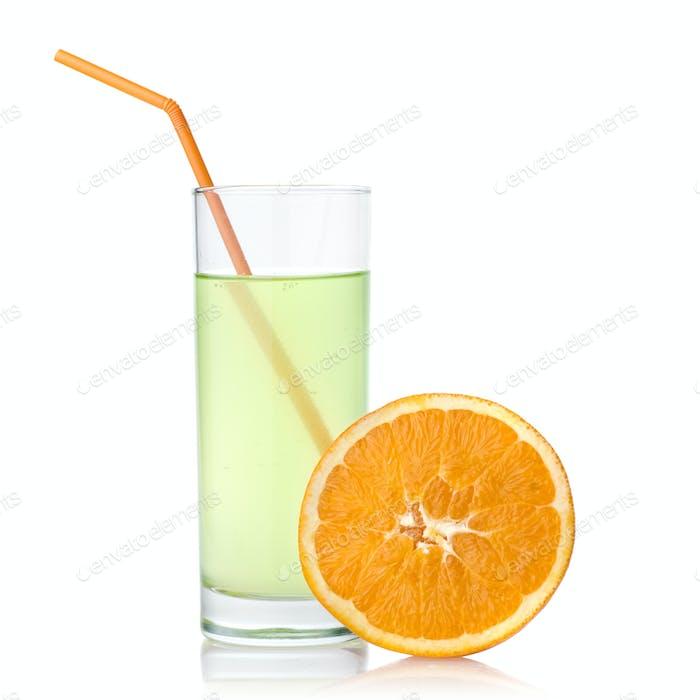 Limettensaft mit Orange auf weiß isoliert