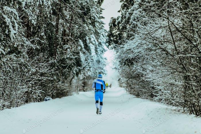 Mann Laufen im Winterwald
