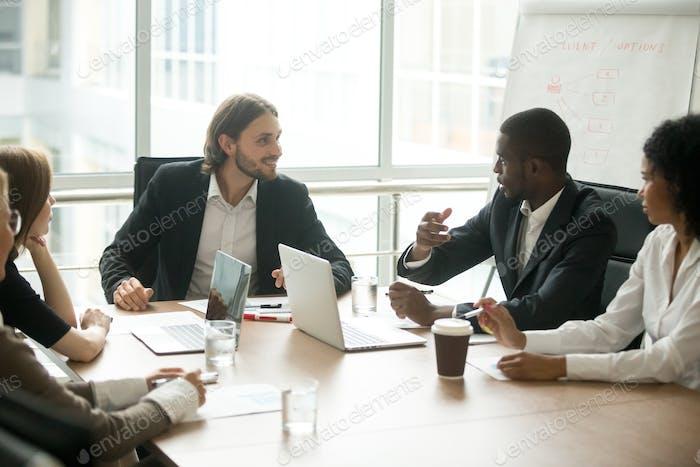 Führungskräfte diskutieren Projektideen am Team Meeting Konferenztisch