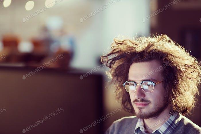 человек, работающий на компьютере в темном офисе