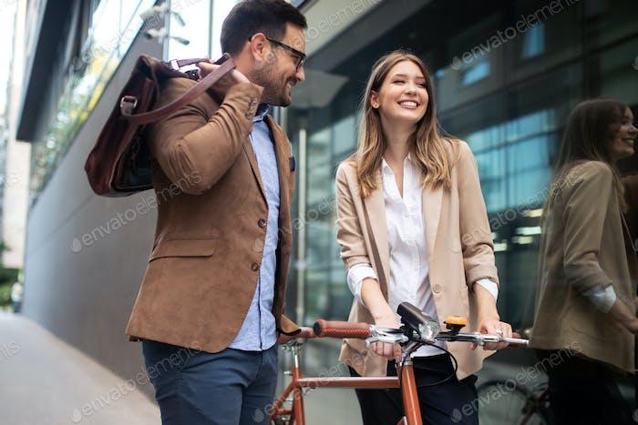 Porträt von glücklichen lächelnden Geschäftsleuten im Gespräch in der Stadt