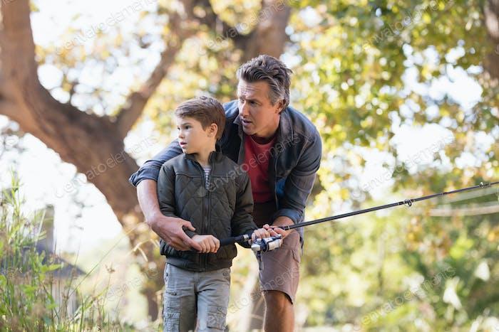 Vater und Sohn Angeln im Wald