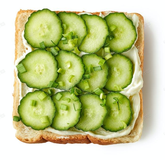 geröstetes Brot mit Frischkäse und Gurke