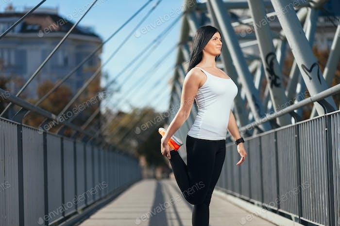 Entrenamiento Ciudad. Formación Mujer hermosa en un entorno urbano