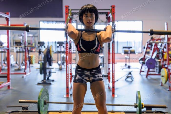 junge schöne asiatische Frau arbeiten aus in der Turnhalle
