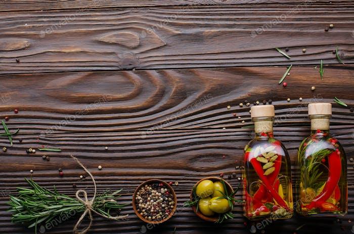 Flache Lay Food-Hintergrund Rahmen aus Ölen Gewürzen und Gewürzen