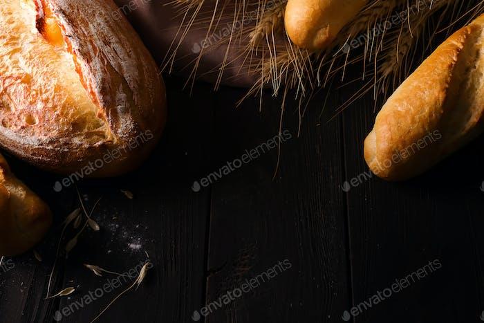 verschiedene Arten von Brot mit Getreide isoliert