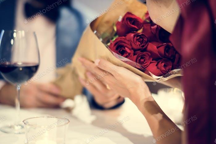 Mann geben roten Rosenstrauß