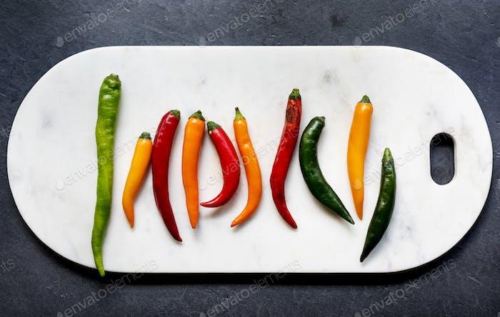 Luftaufnahme von Cayenne Chili Paprika auf Cutboard
