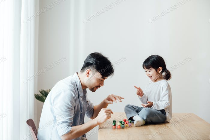 Niedliche kleine Mädchen Malerei Väter Nägel zu Hause