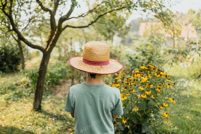 Junge im Bio-Garten