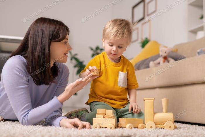 Enseñando hijo a apilar bloques de juguete