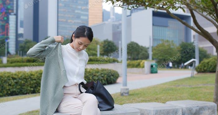 Бизнесмен чувствует холод и носить куртку на открытом воздухе