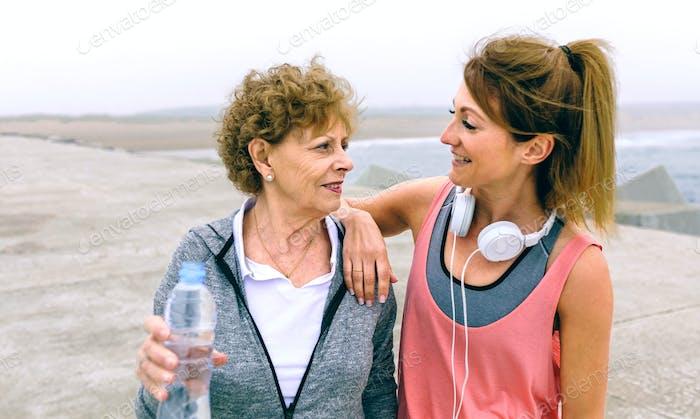 Senior-Sportlerin im Gespräch mit Freundin