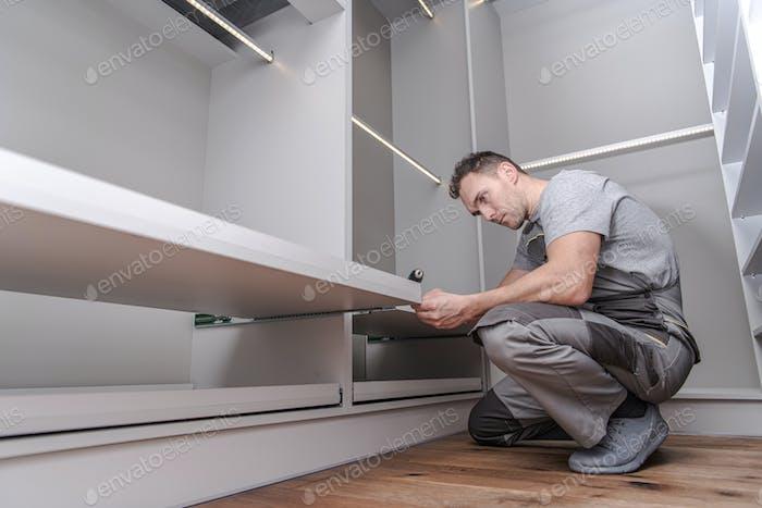 Männer, die Wandschrank-Möbel zusammenbauen