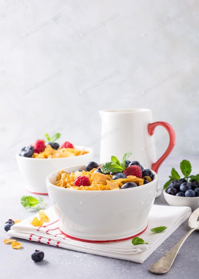 Gesundes Frühstück mit Cornflakes und Beeren