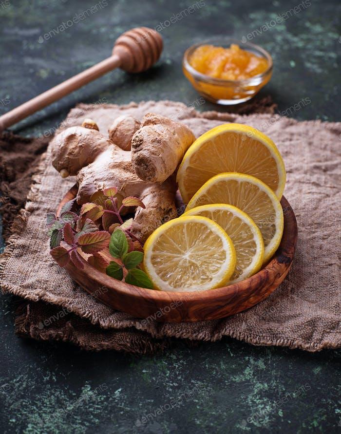 Zitrone, Ingwer, Minze und Honig.