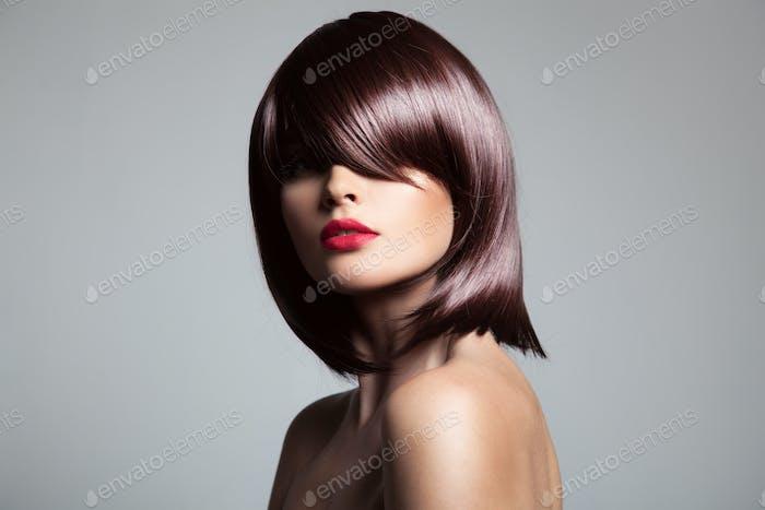 Schönes Modell mit perfektem glänzendem braunen Haar.