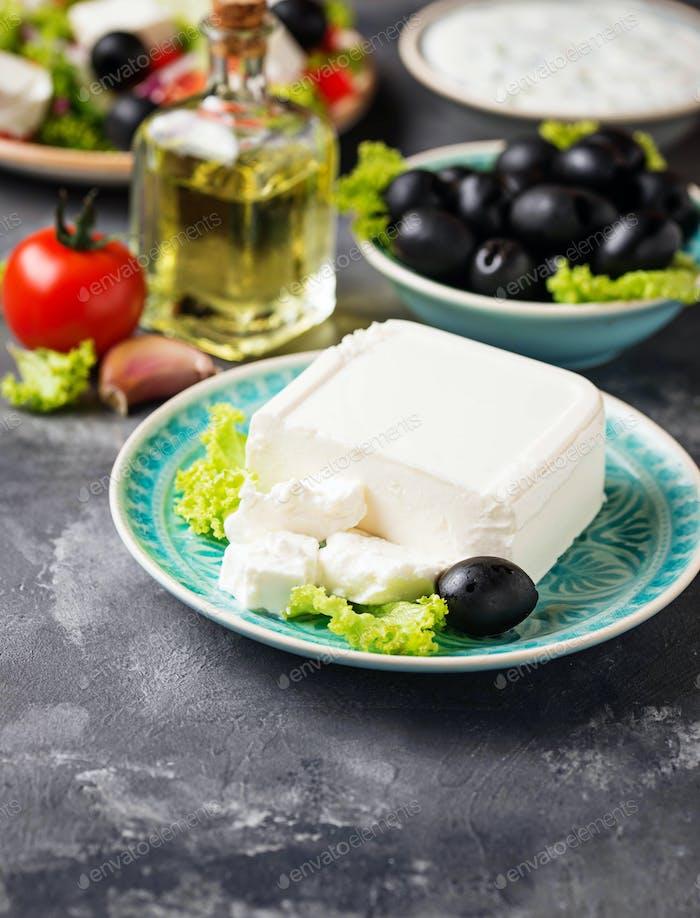 Frischer Feta-Käse mit Oliven