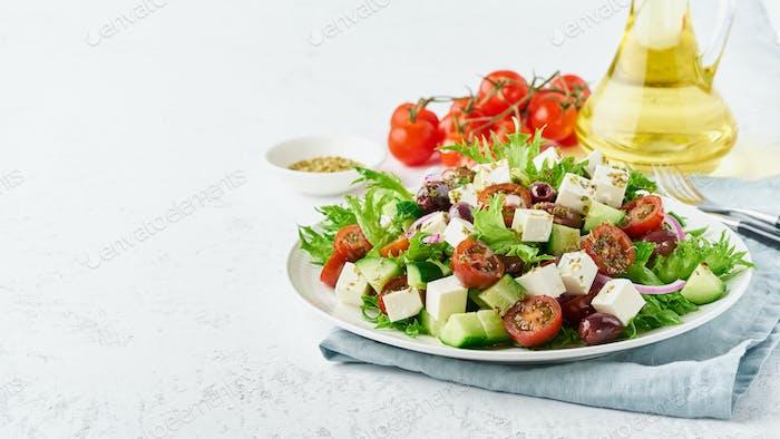 Griechischer Salat mit Feta und Tomaten, Diäten Essen auf weißem Hintergrund Kopie Raum Nahaufnahme lange Banner