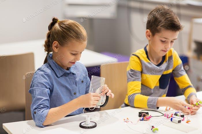 niños Alegre construyendo Robots en la escuela de robótica
