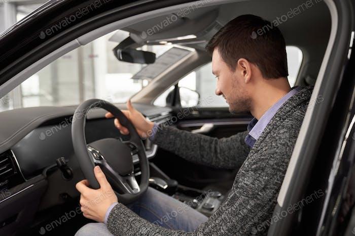 Клиент сидит на водительском кресле салона автомобиля