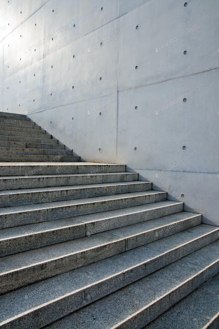 Лестница перед стеной