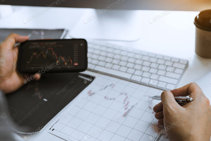 Los inversores usan teléfonos inteligentes ver la inversión
