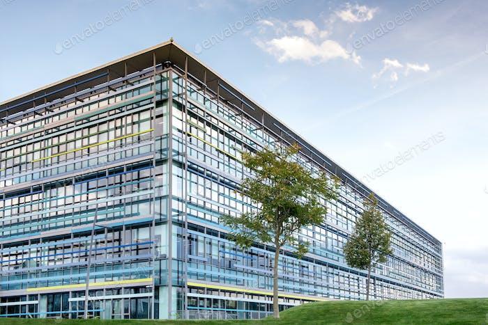 Großes Hochhaus modernes Bürogebäude