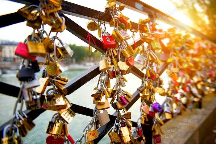 Schlösser der Liebe auf Brücke in Paris