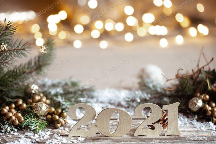 Weihnachtlicher Hintergrund mit Holznummer 2021 auf unscharfem Hintergrund mit Bokeh.