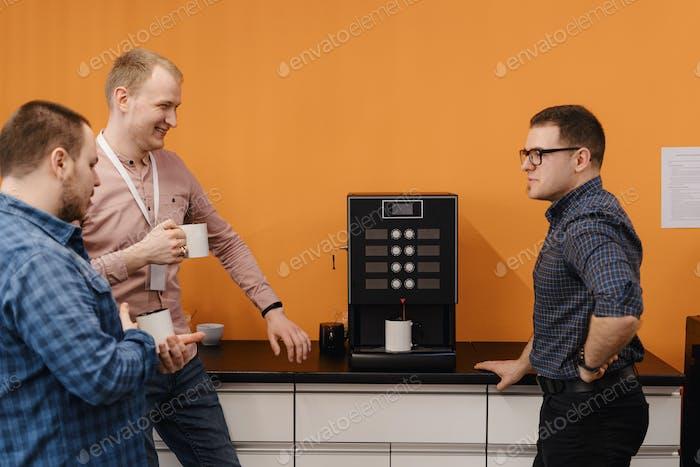 Gruppe von Kollegen, die eine Kaffeepause