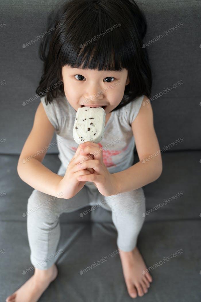 Niedliche Kleinkind Mädchen Essen Eis